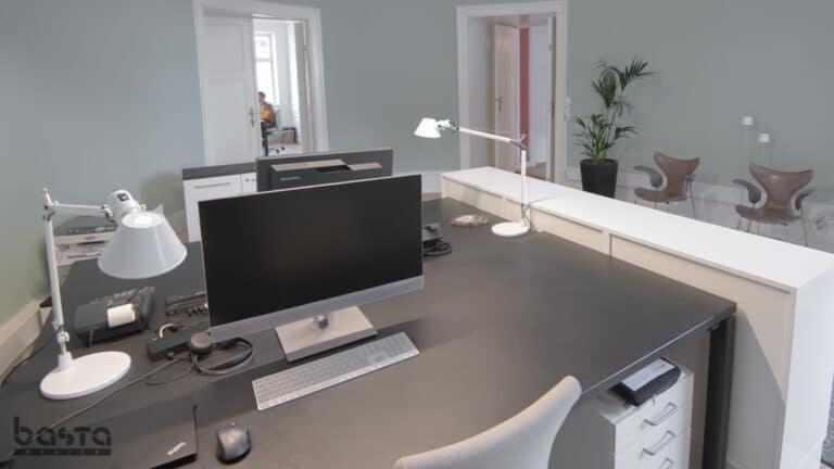 Minimalistisk reception med Arne Jacobsen Lilje stole