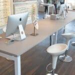 Optikker butik med speciel fremstillet bord